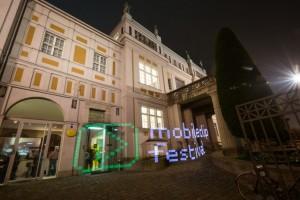 """Außenaufnahme der Villa Stuck mit lightpainting Schriftzug """"mobile clip festival"""""""